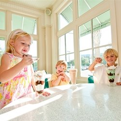 Kids eating icecream